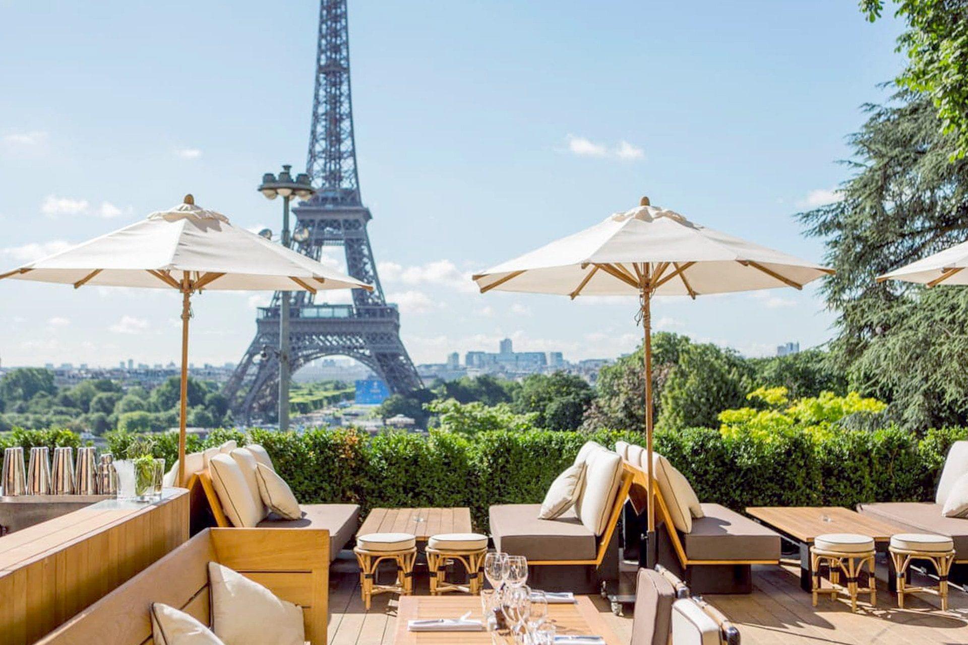 Terrasse Du Café De L'Homme à Paris Avec Vue Sur La Tour Eiffel
