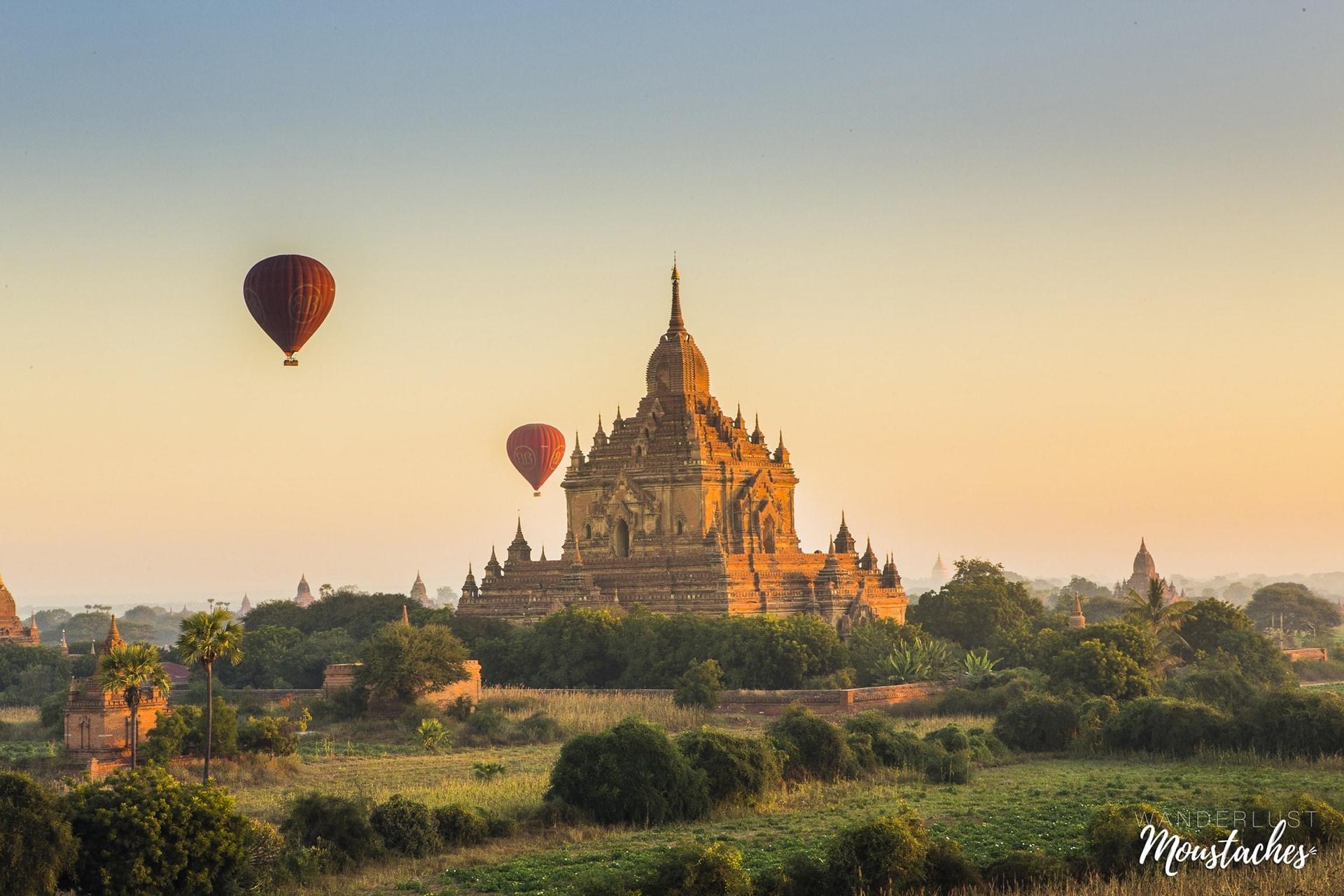 Montgolfière au dessus des temples dans la plaine de Bagan