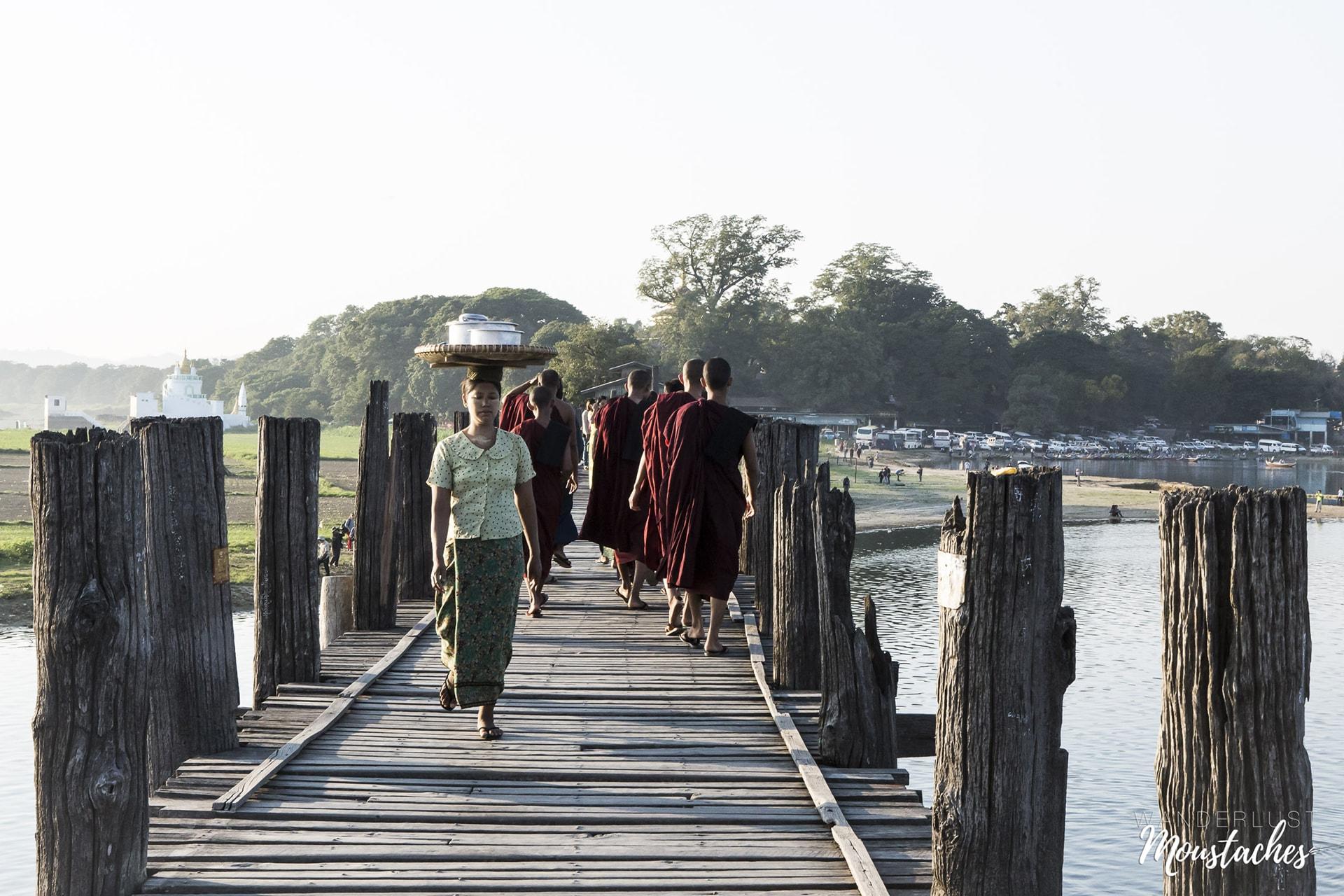 Une vendeuse et des moines birmans sur le Pont U Bein.