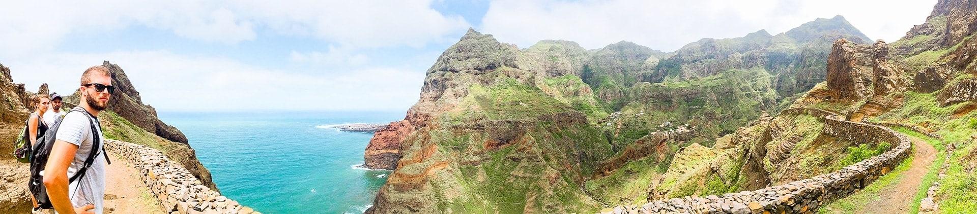 Vue panoramique du sentier qui borde l'île de Santo Antao