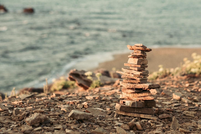 cailloux empilés sur la plage à Minorque