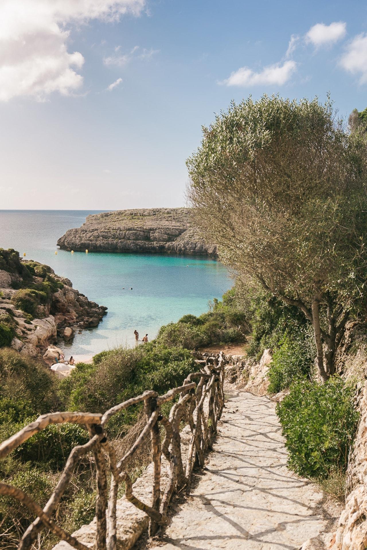 chemin vers la cala Binidali à Minorque