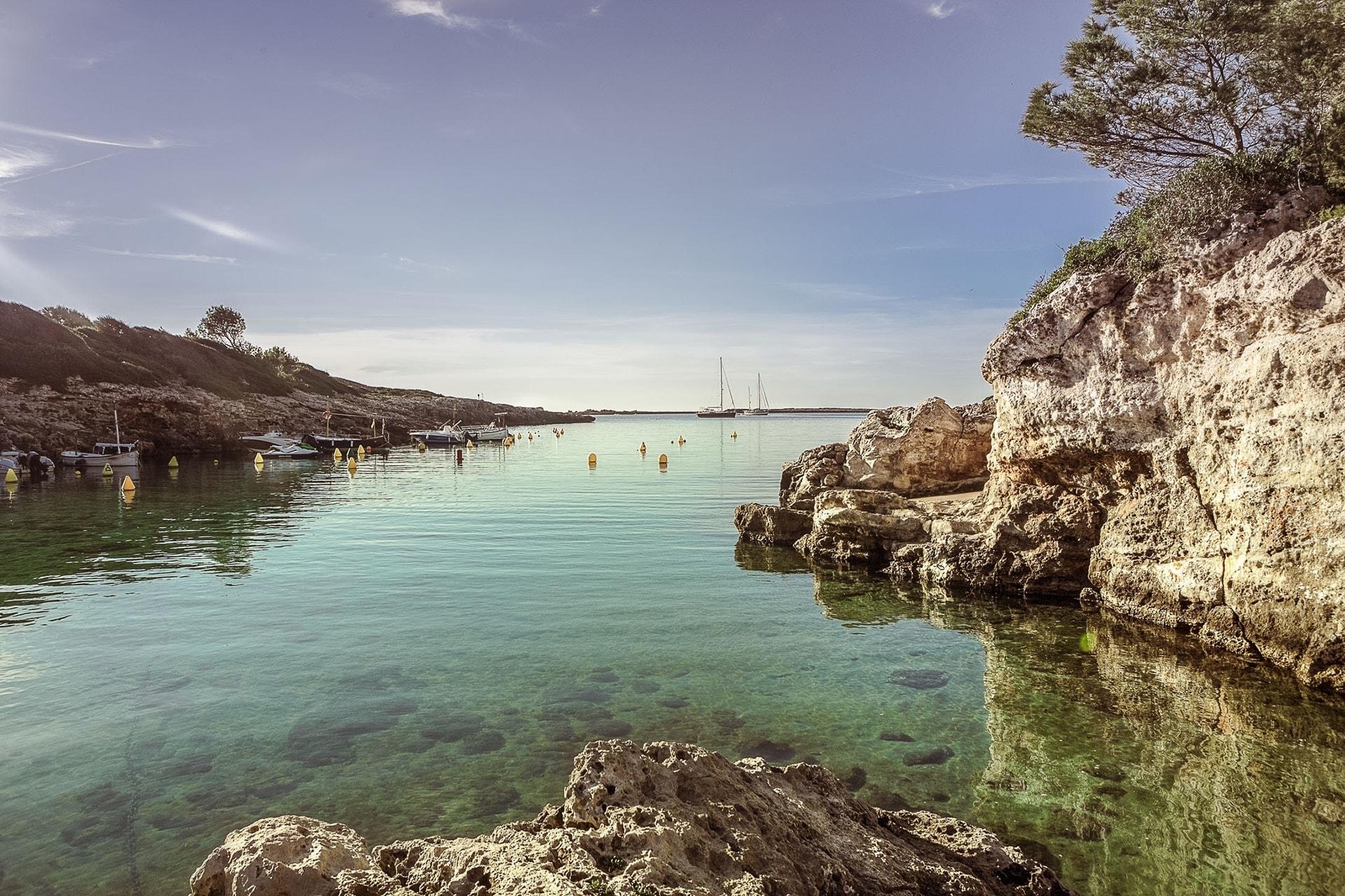 Ciel bleu et eau turquoise à Cala Binisafua à Minorque