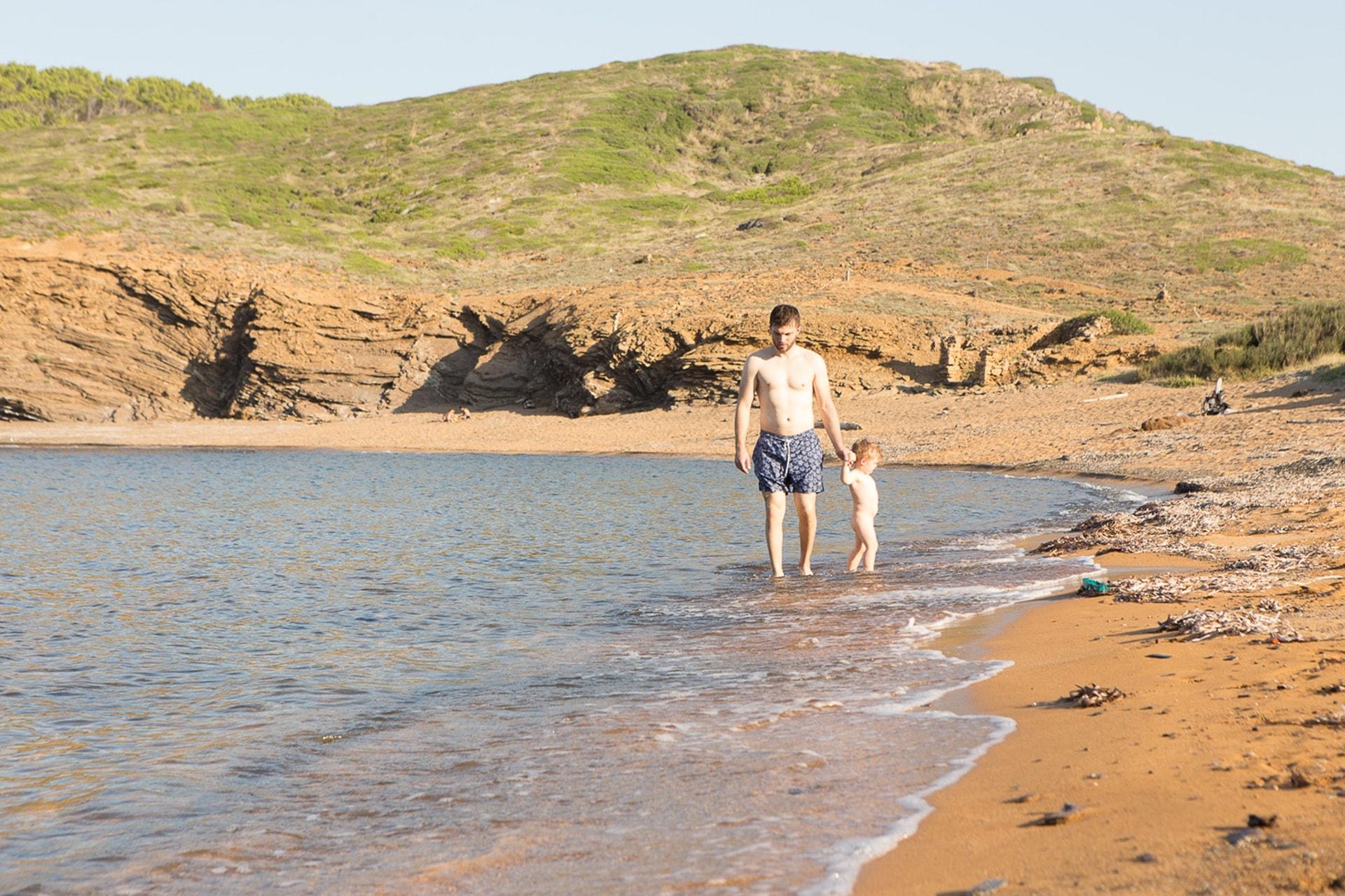 Père et fils au bord de mer à Minorque