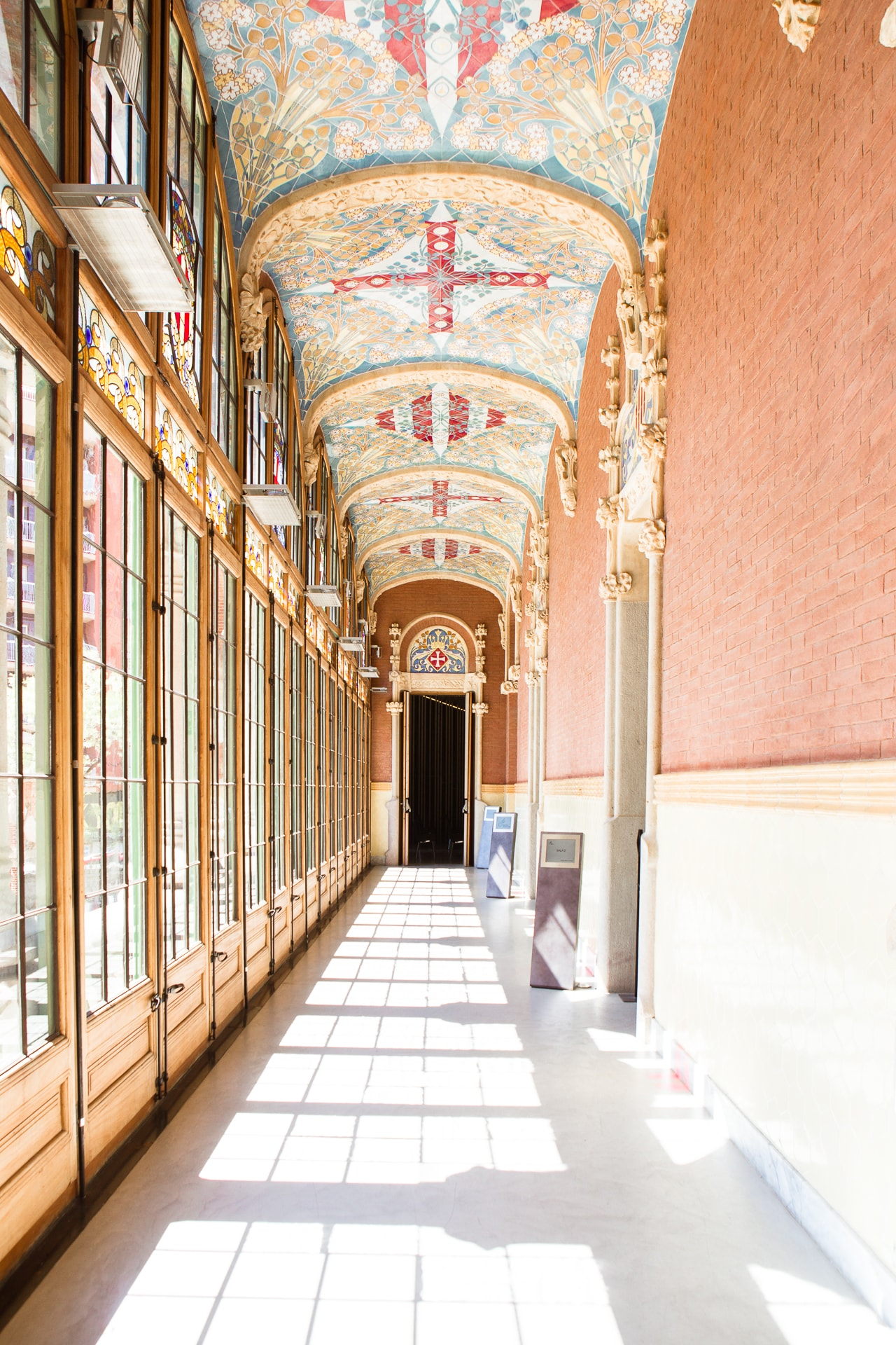 Couloir qui mène aux salles de réunions de L'hospital Sant Pau à Barcelone