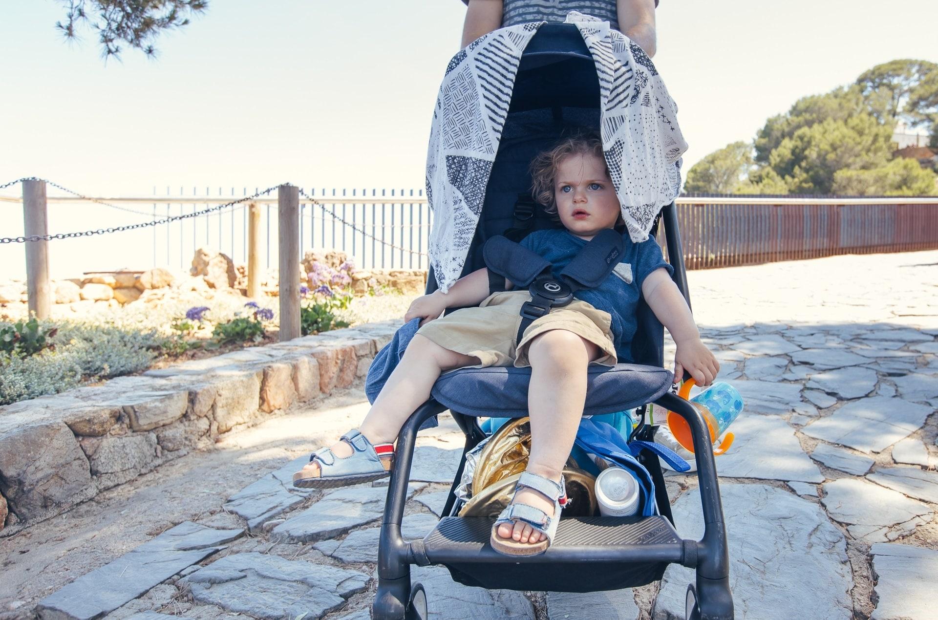 Soren dans la poussette à Tossa de Mar en Catalogne