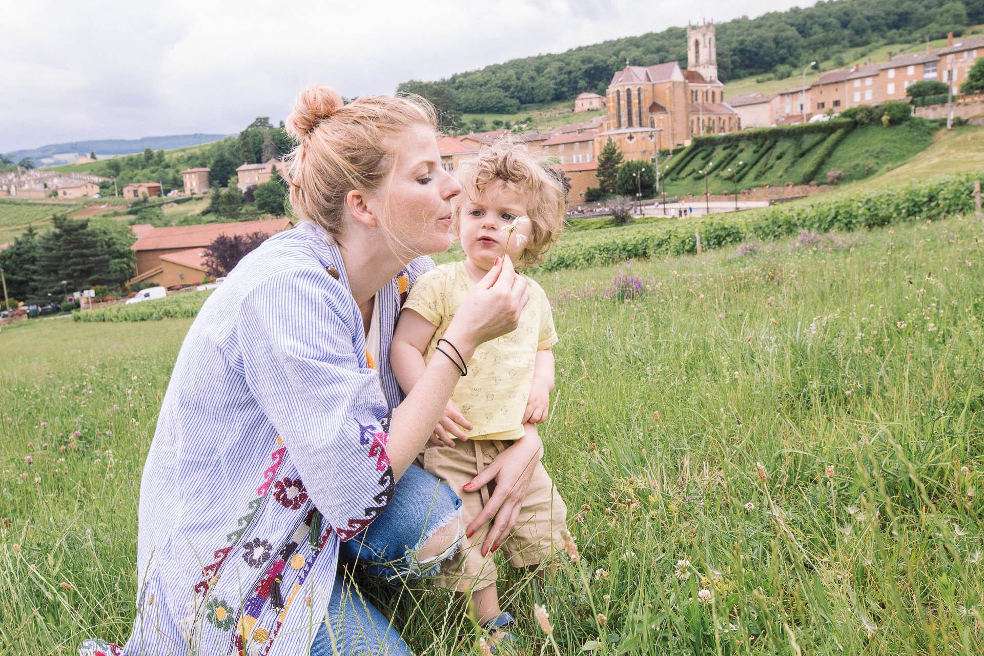 Soren et moi dans un champ dans le Beaujolais