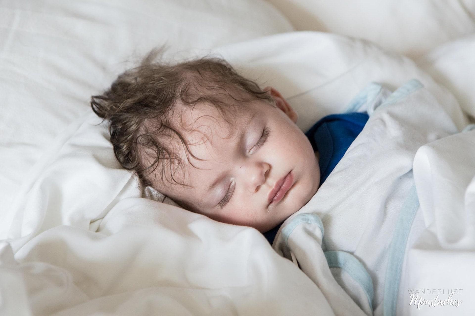 Soren, bébé de 4 mois dort dans lit de l'hôtel à Saint-Malo