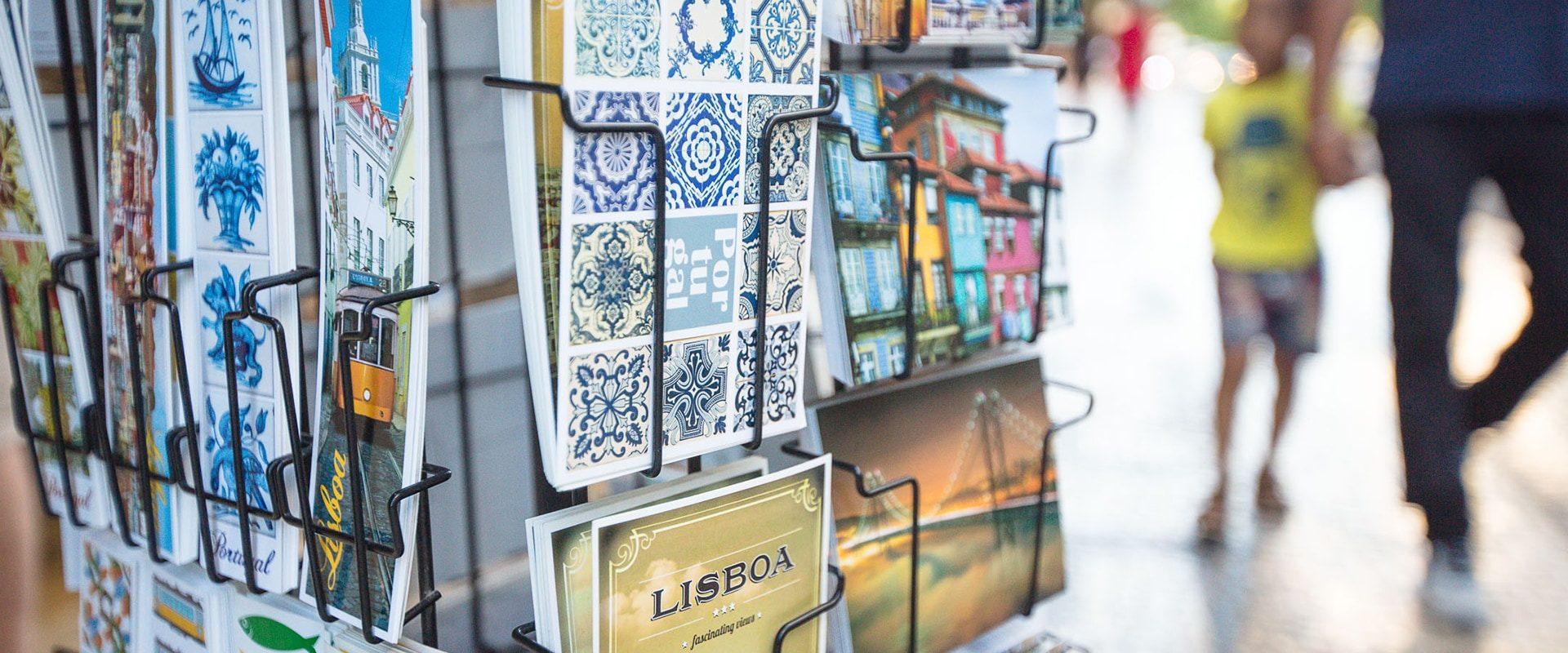 Vendeur De Cartes Postales Au Pied De L'elevador Santa Justa Dans Le Quartier Chiado à Lisbonne Au Portugal