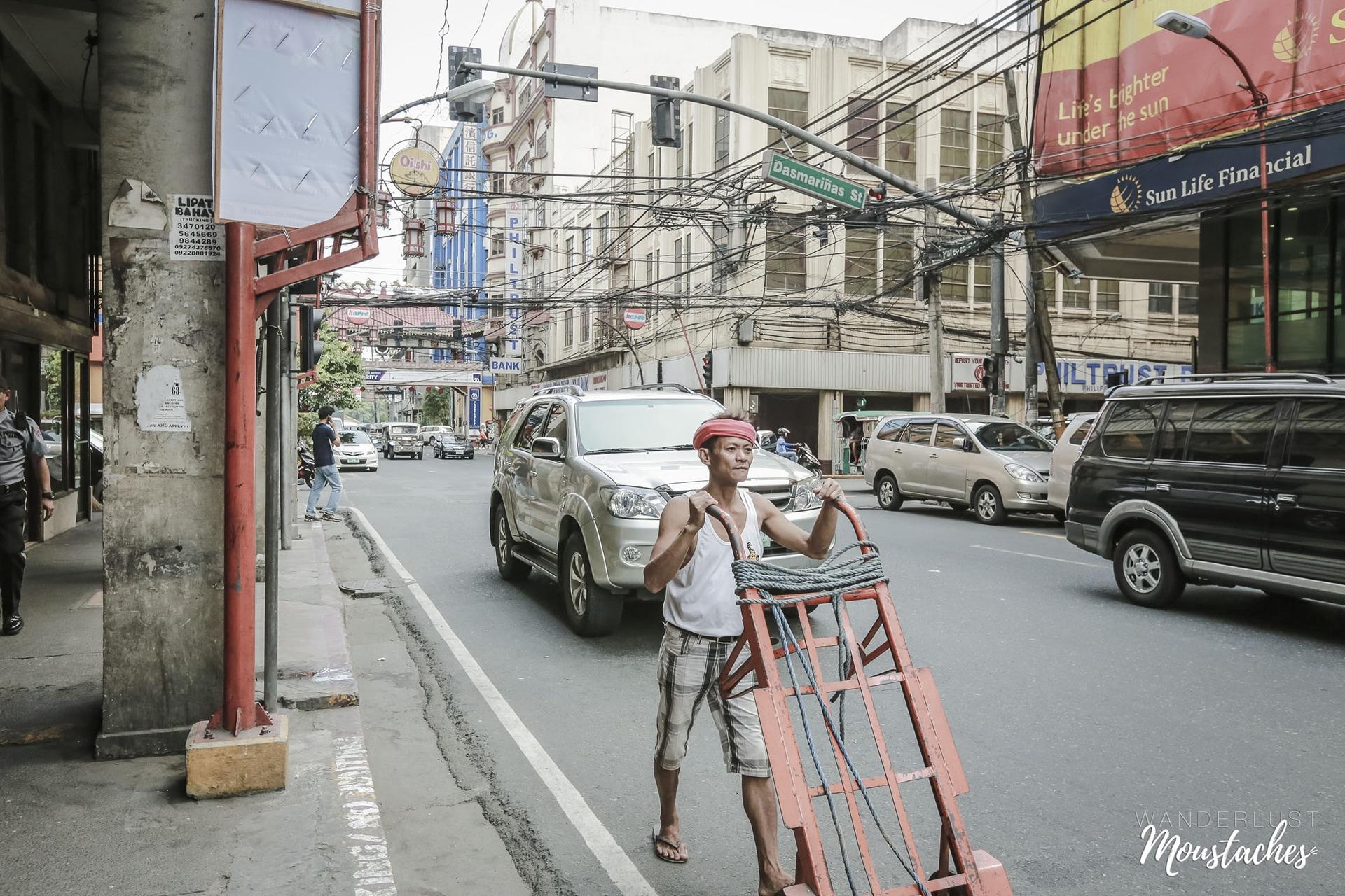 Un porteur dans les rues de Manille aux Philippines