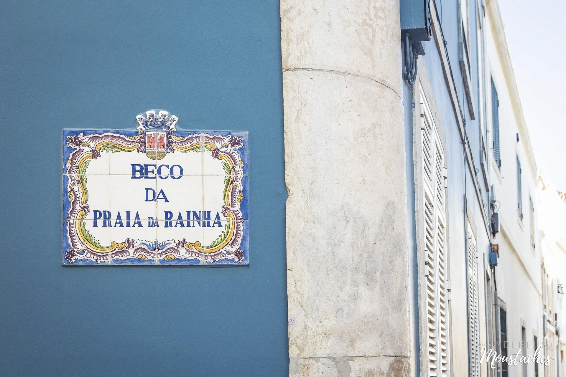 Un joli mur bleu canard dans une ruelle de Cascais au Portugal
