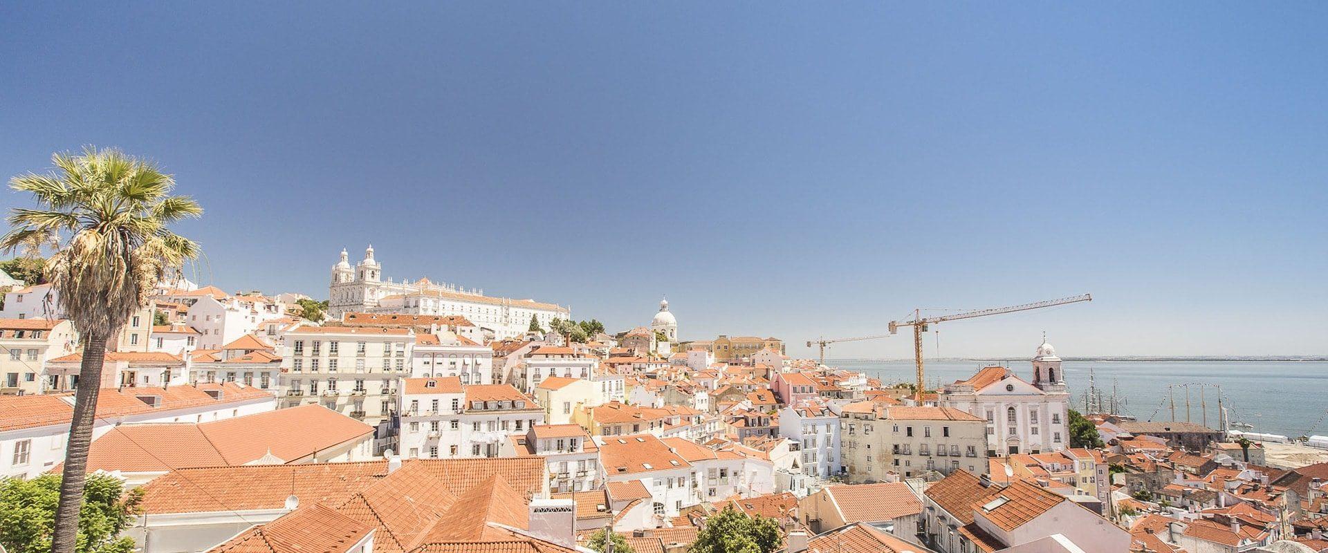 Flâner Dans Le Quartier De L'Alfama à Lisbonne