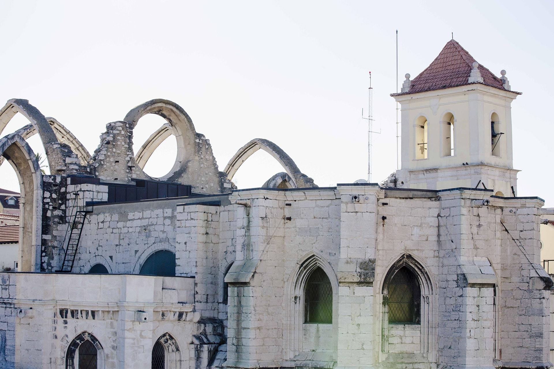 Les arcs en ogives qui soutenaient la nef du Couvent des Carmes de Lisbonne