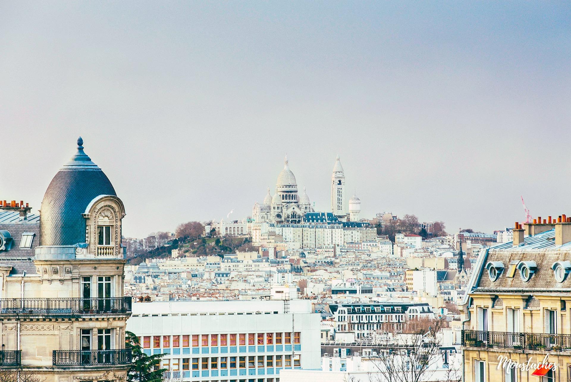 Vue de Montmartre depuis le Parc des Buttes Chaumont, à Paris.